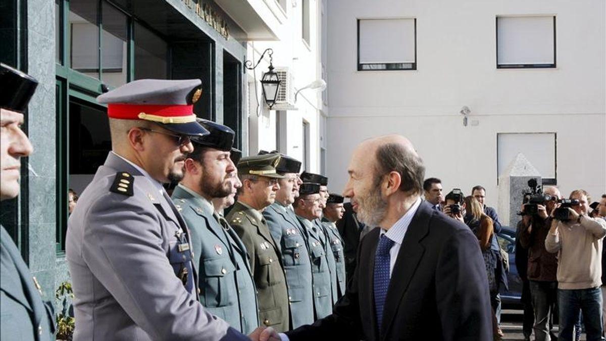 El vicepresidente primero del Gobierno y ministro del Interior, Alfredo Pérez Rubalcaba (d), saludando a un militar marroquí que colabora con las Fuerzas Armadas españolas, durante la visita que ha realizado hoy a las nuevas instalaciones de la Comandancia de la Guardia Civil de Algeciras (Cádiz). EFE