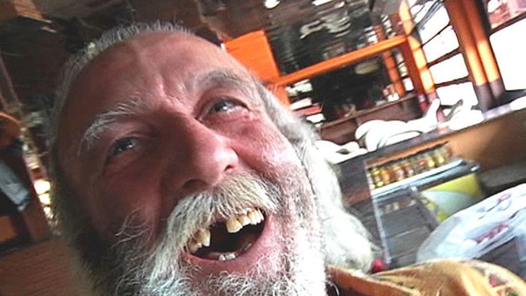 Un hombre sonríe a cámara