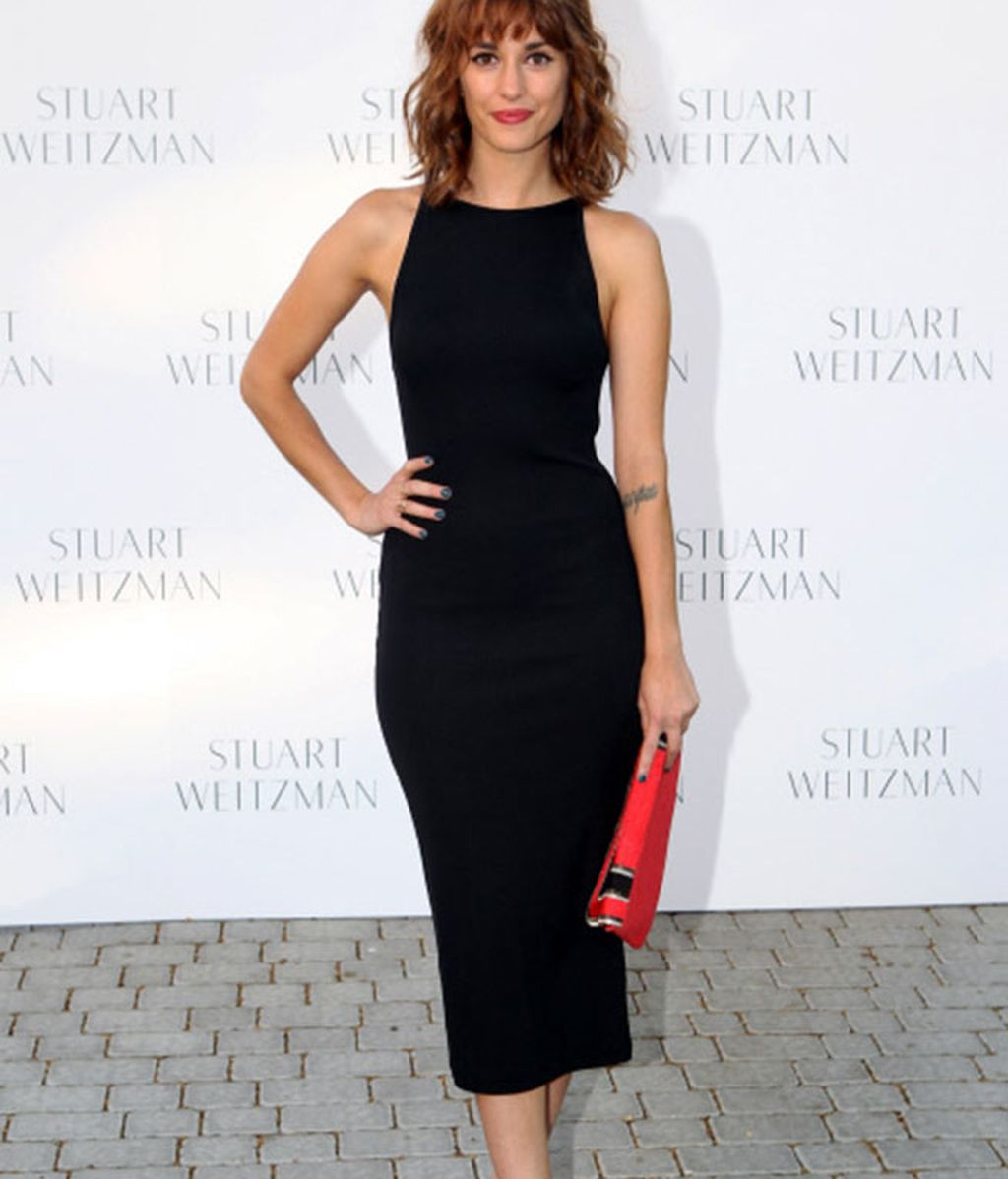 Silvia Alonso rompe el negro de su vestido con un bolso rojo y sandalias brillantes