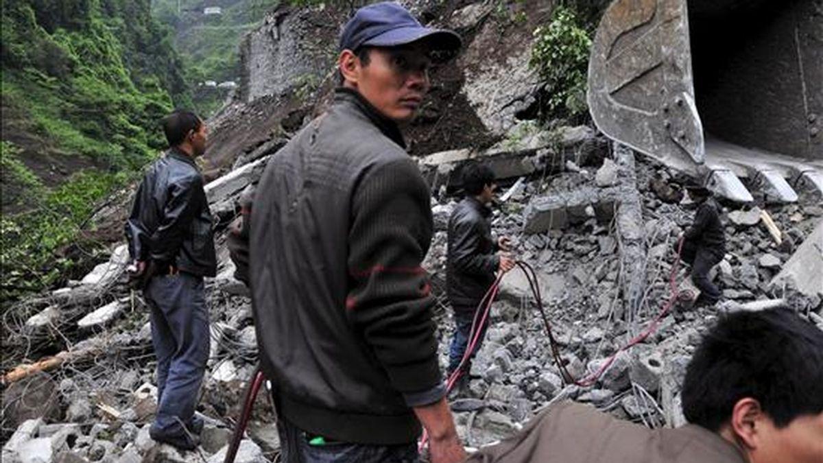 Rescatistas tratan de encontrar sobrevivientes en un deslizamiento en China originado por la construcción de dos minas de carbón. EFE/Archivo