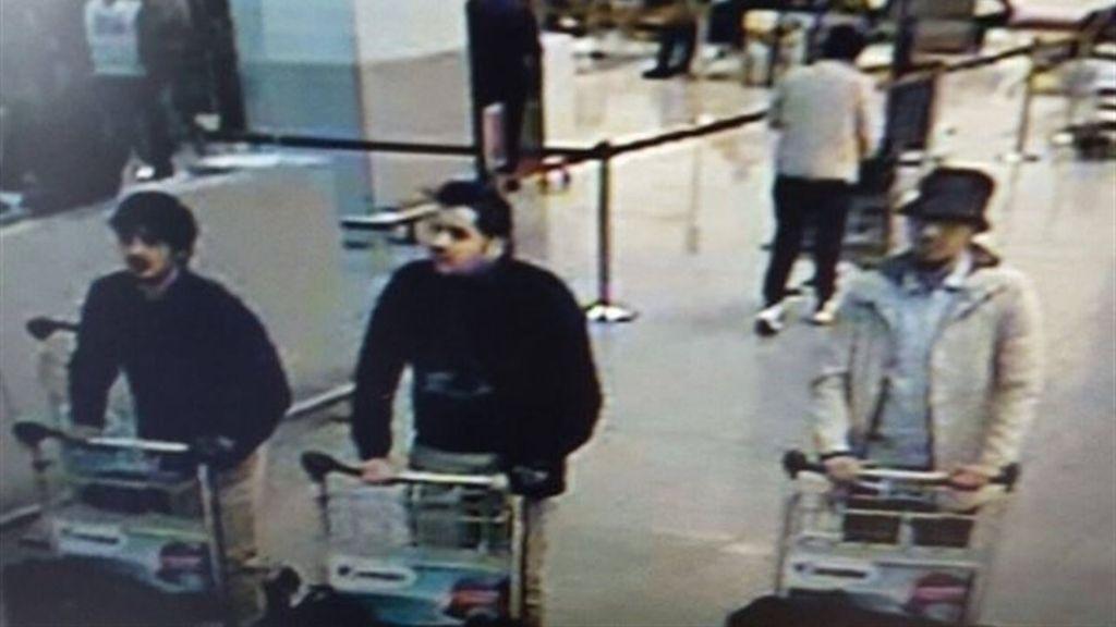 La Policía difunde las imágenes de tres sospechosos del atentado en el aeropuerto de Bruselas