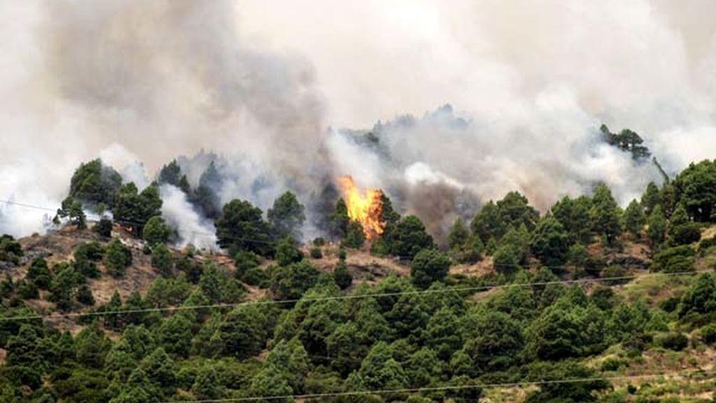 Dificultades en La Palma para frenar el avance de las llamas