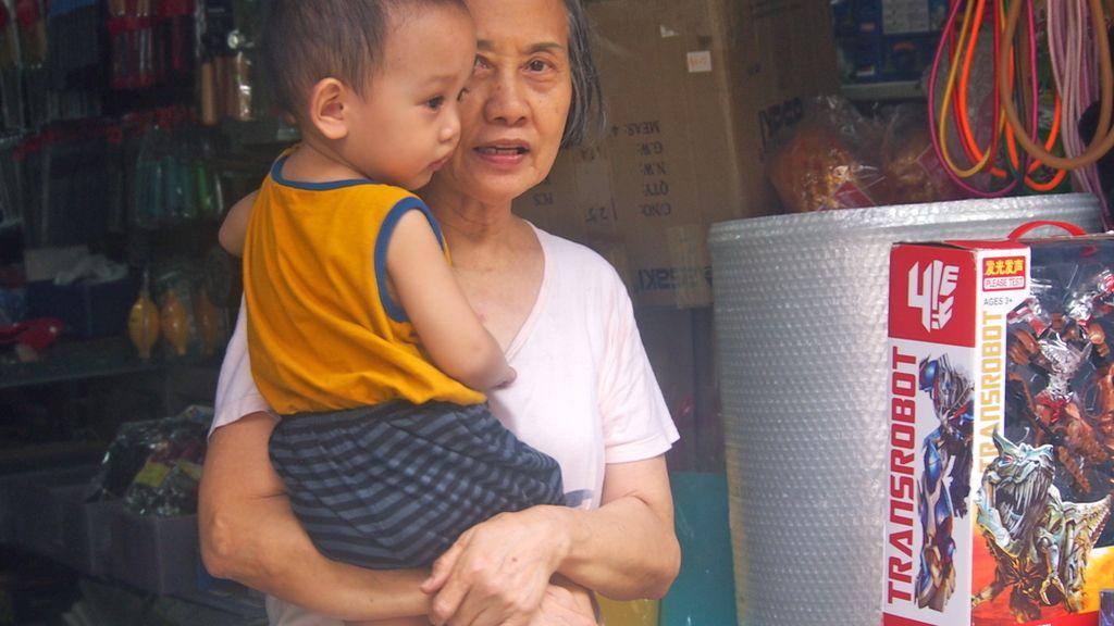 Abuela cuidando de su nieto en un puesto familiar