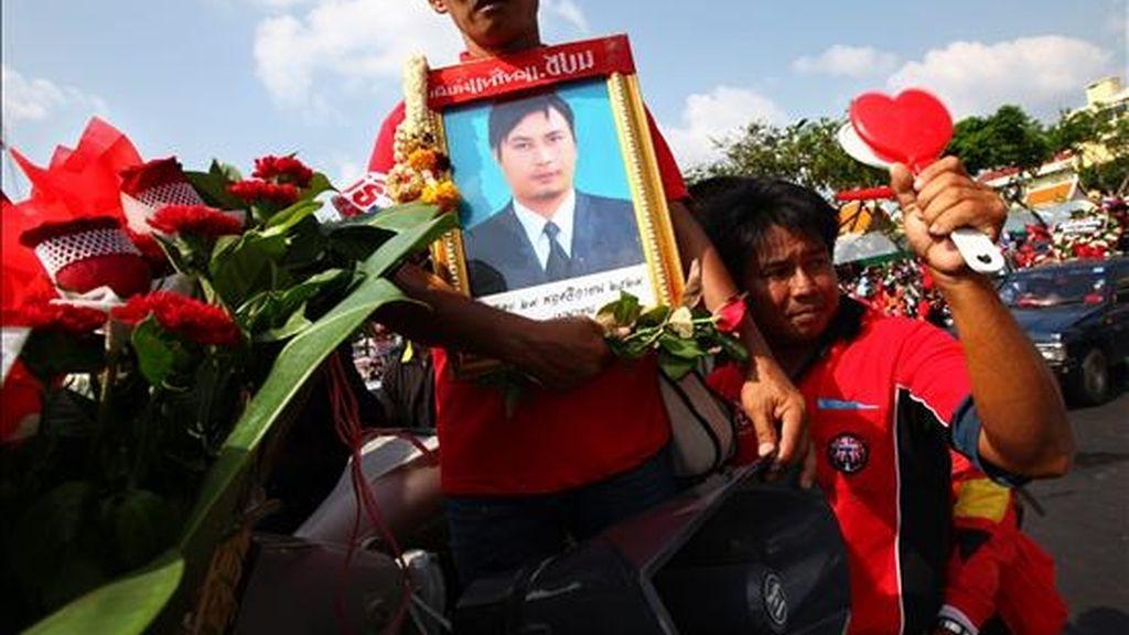 Manifestantes antigubernamentales participan en un funeral que se llevó a cabo con varios camiones que transportaban cofres simbólicos en memoria de los manifestantes que murieron en las calles durante los enfrentamientos con el ejército en Bangkok. EFE