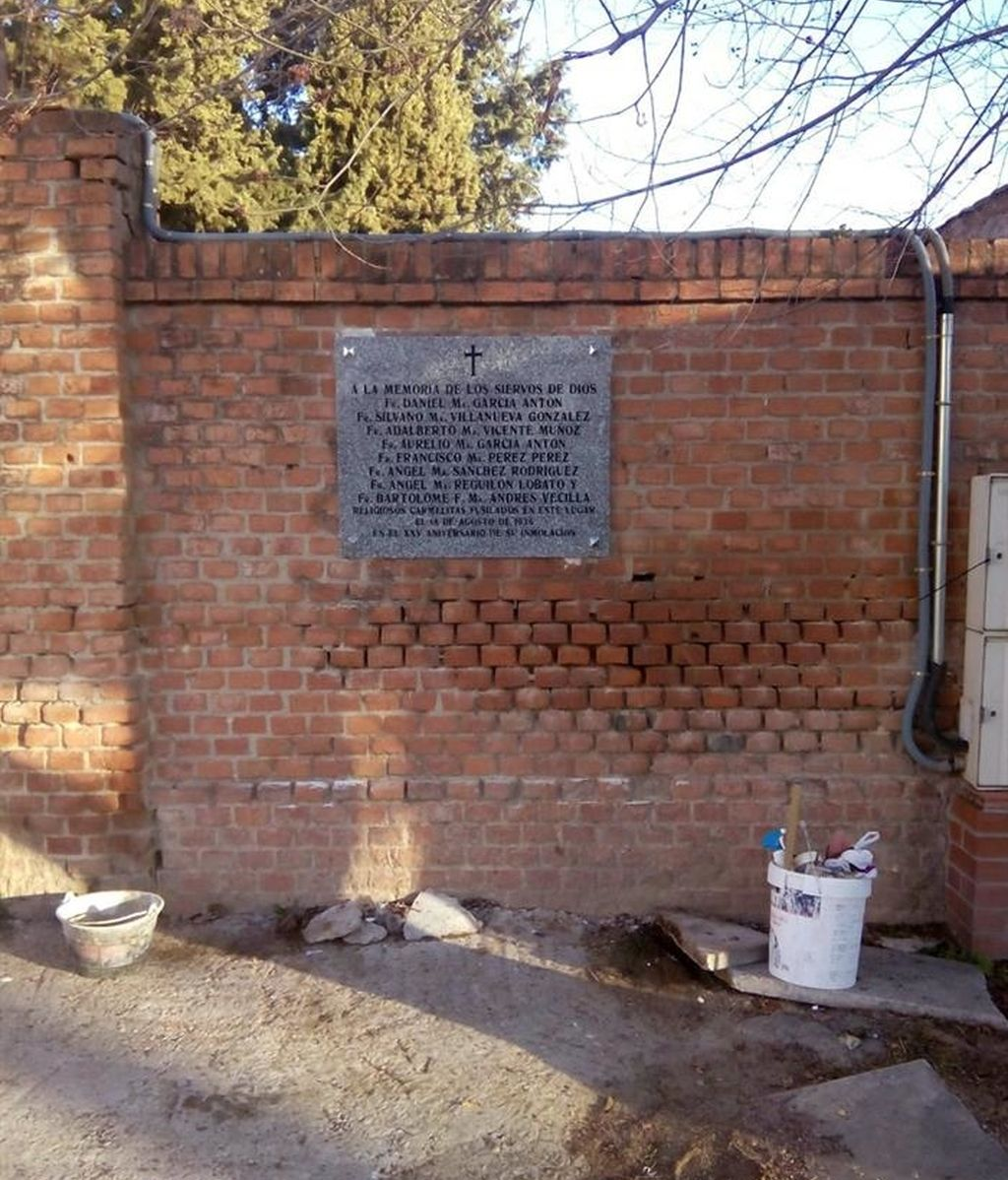 Vuelven a colocar una placa retirada por error en el cementerio de Carabanchel