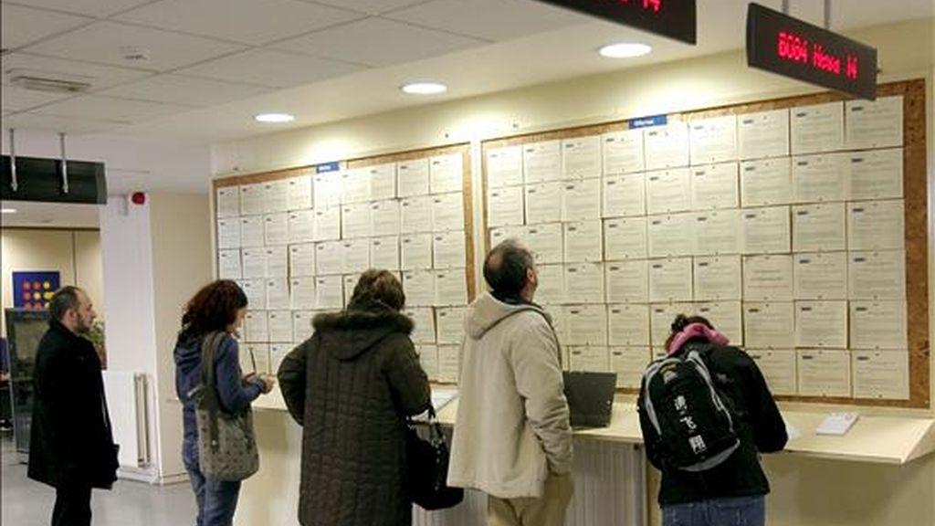 Varias personas sin empleo rellenan unos formularios en una oficina del INEM en Oviedo. EFE/Archivo