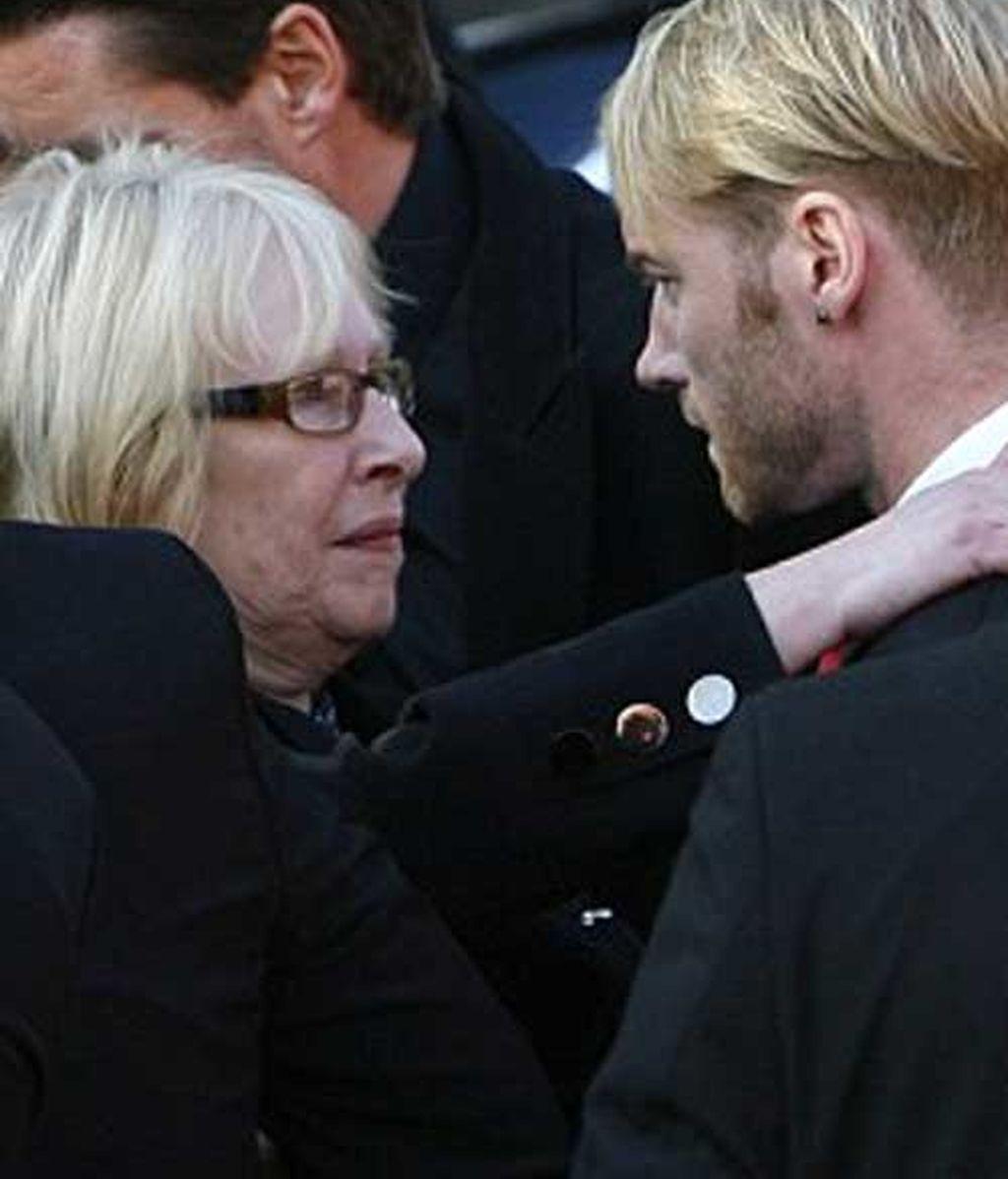 La madre de Stephen consuela a Ronan