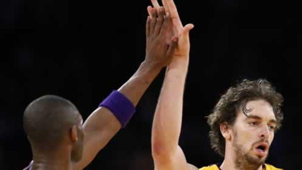 Kobe Bryant da la enhorabuena a Pau Gasol por su canasta