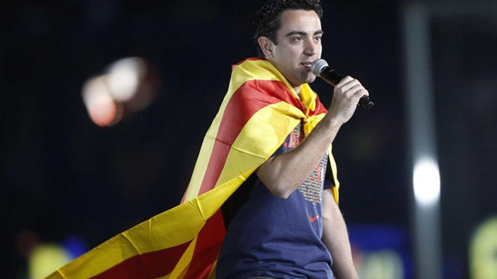 Xavi se dirige a la afición
