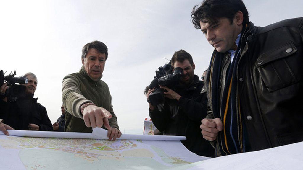 El presidente de la Comunidad de Madrid, Ignacio González, junto a David Pérez, alcalde de Alcorcón