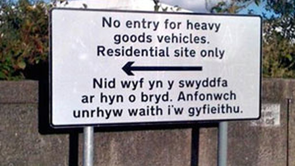 La señal en inglés y su 'traducción' en galés. Foto: BBC