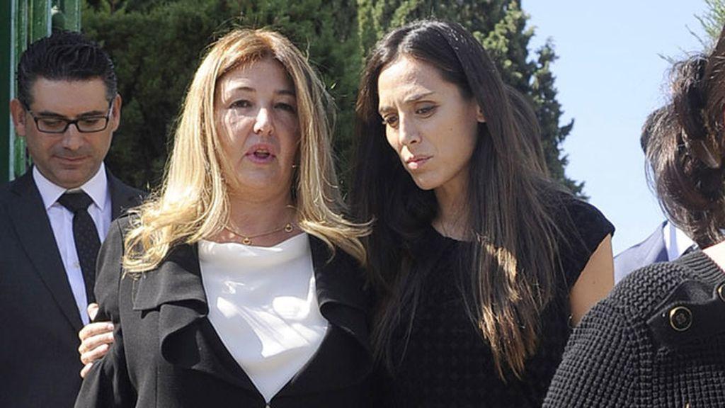 Tamara Falcó abraza a Laura Boyer Arnedo, la hija del exministro