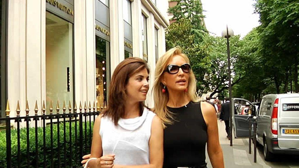 Samanta y Carmen Lomana paseando por Paris