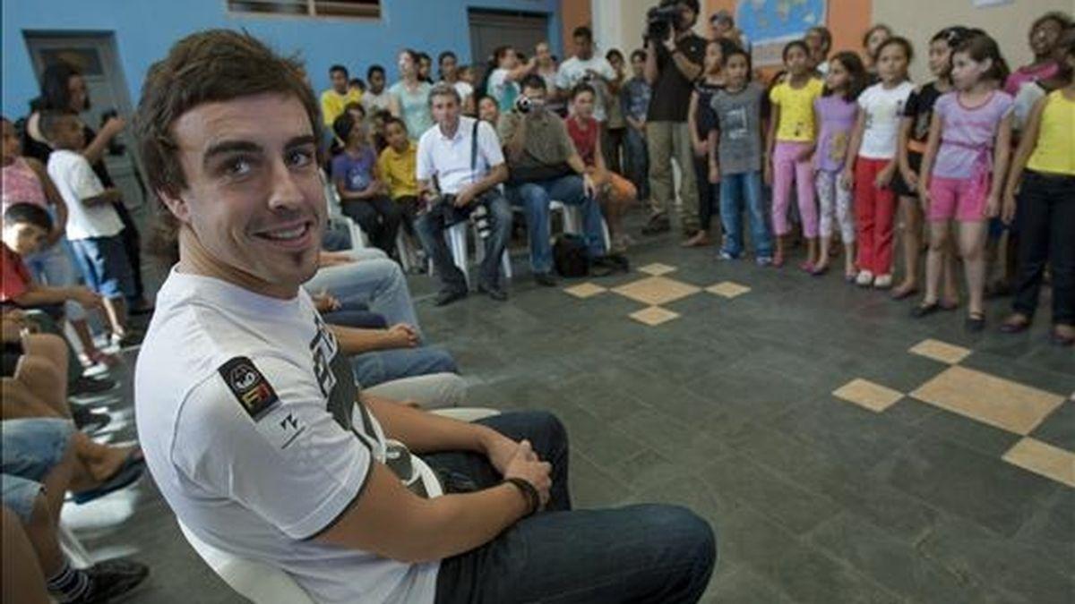 El piloto español de Formula Uno, de la escudería Renault, Fernando Alonso, quien además es embajador del Comité Español de UNICEF visitó a los niños de la comunidad que participa en la plataforma de centros urbanos de UNICEF, en la periferia de Sao Paulo. EFE