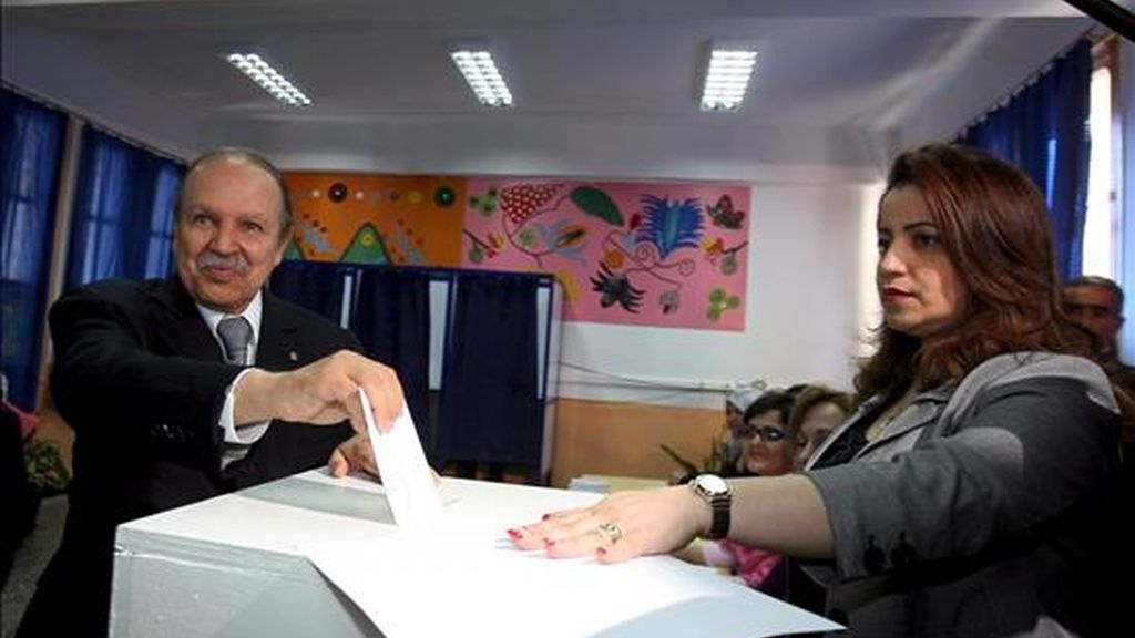 El presidente de Argelia, Abdelaziz Bouteflika (i), deposita su voto en la urna de un colegio electoral de Argel. EFE