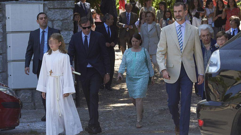 Laura iba con un traje de comunión acompañado de una cruz de madera