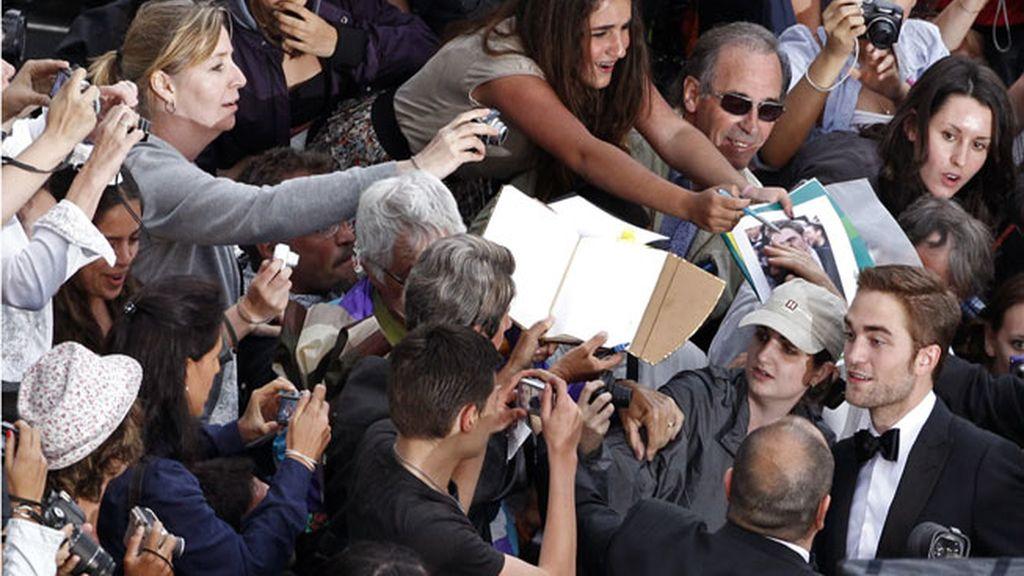 Robert Pattinson firmando autógrafos en Cannes