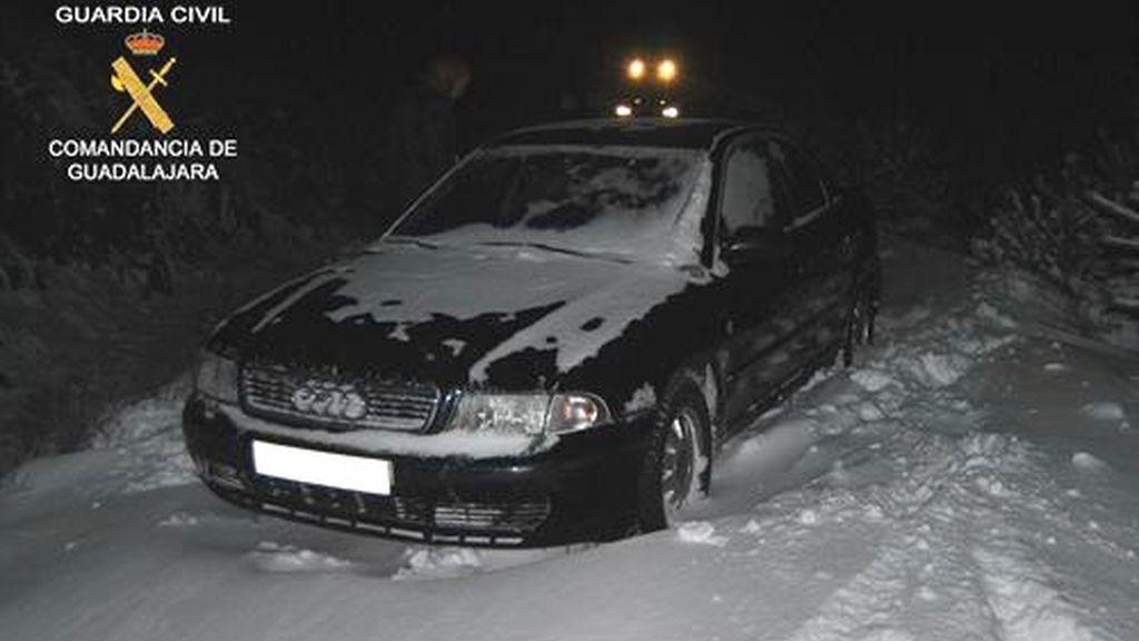 El coche atrapado en el puerto de La Quesera en Segovia