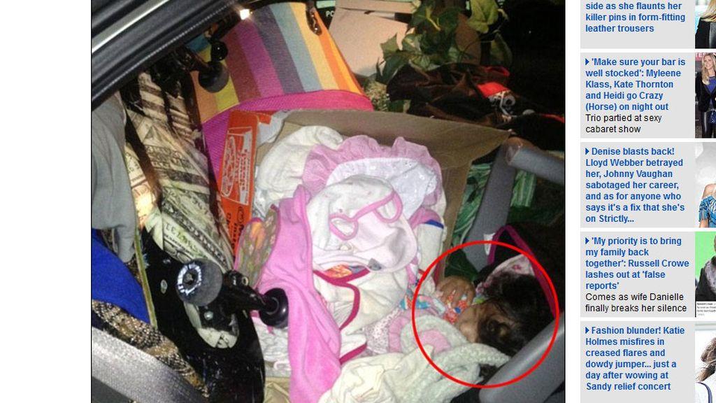 El bebé dormía bajo una montaña de basura y cajas de ropa