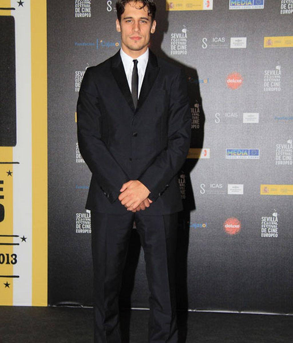 Martín Rivas, muy elegante con traje negro y corbata