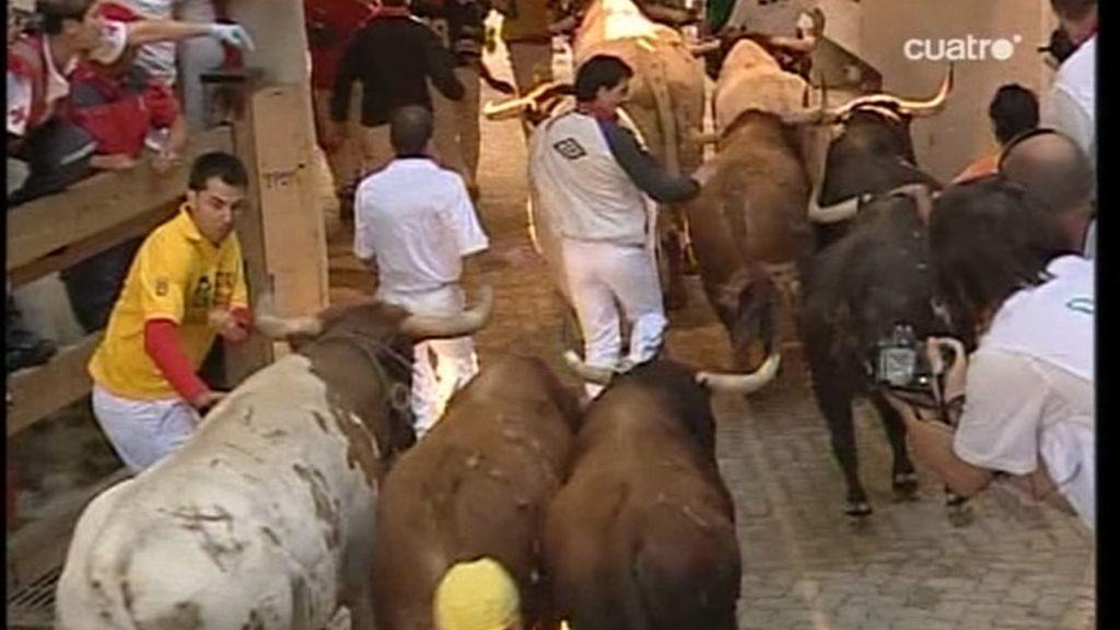 Ya en el tramo final de la carrera imágenes vistosas por parte de mozos habituales y algunas apreturas en la entrada de acceso a la plaza de toros