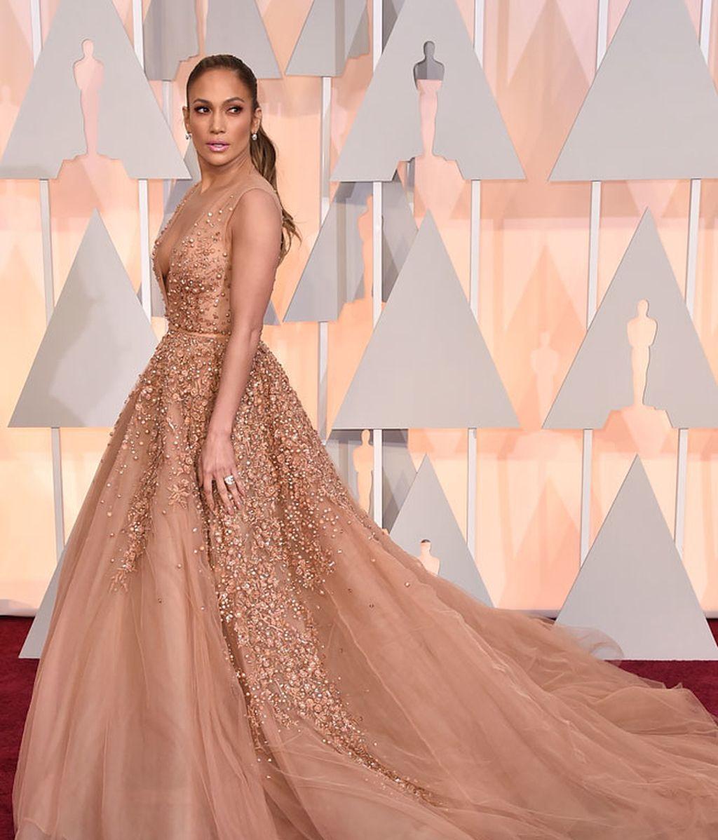 Jennifer Lopez optó por un profundo escote en V