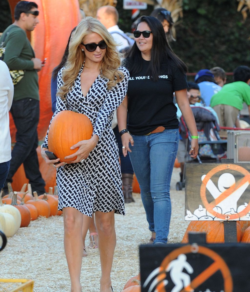 Paris Hilton, seleccionando calabazas