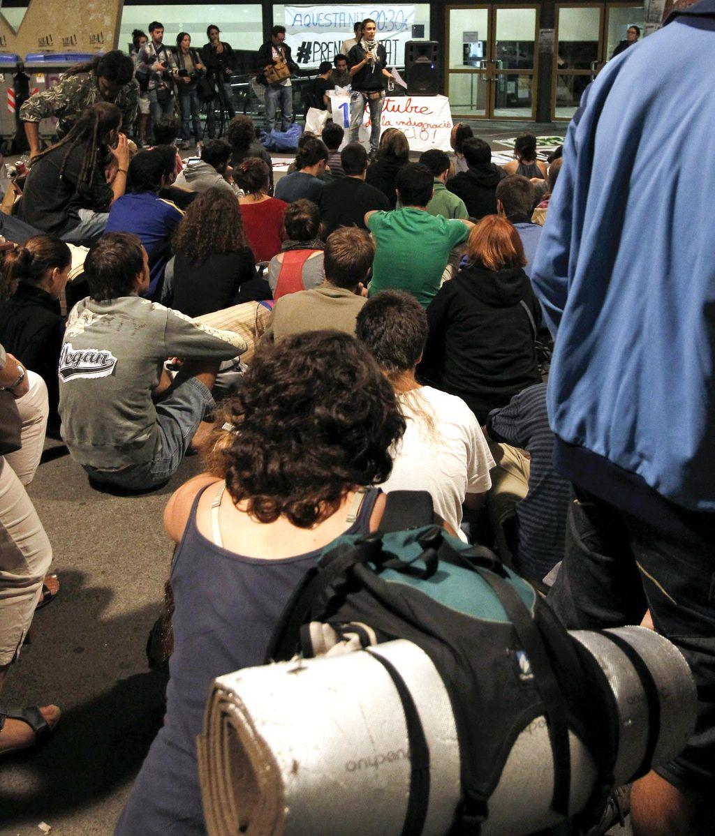 Un centenar de 'indignados' pasa su segunda noche en la Facultad de Geografía de la Universidad de Barcelona