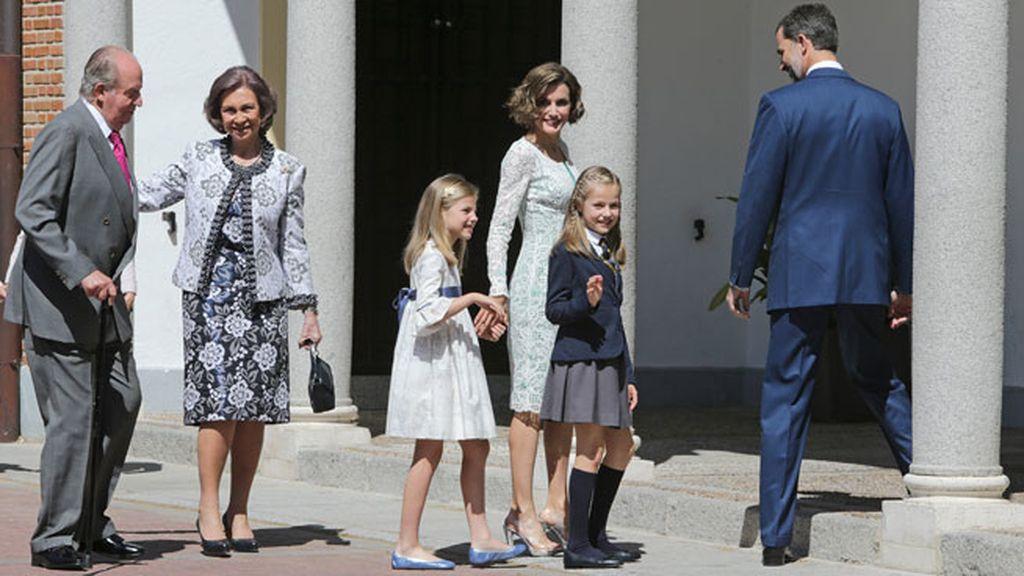 La Familia Real, reunida un año después de la Proclamación en la Comunión de Leonor