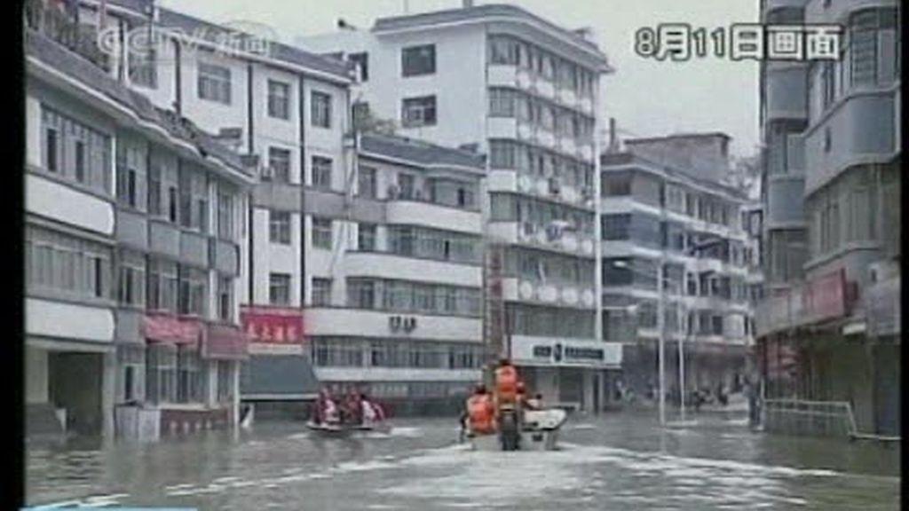 Los equipos de rescate trabajan sin descanso en China