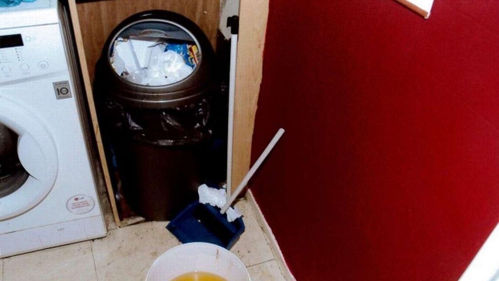 Sábanas sucias, platos apilados, heces por el suelo...
