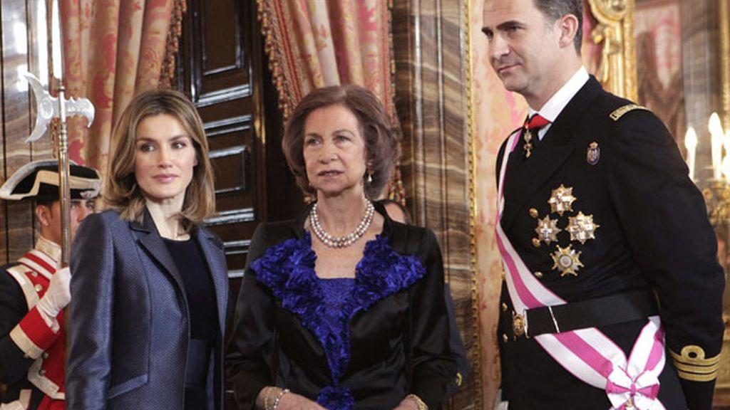 """El Rey pide a los militares que afronten la crisis """"con buen ánimo"""""""