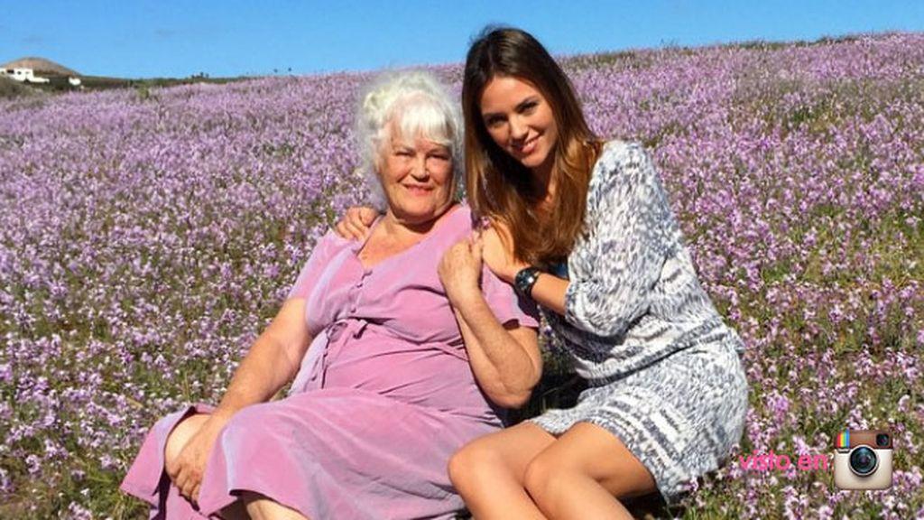 Helen Lindes ha elegido una foto junto a su madre, con dedicatoria incluida