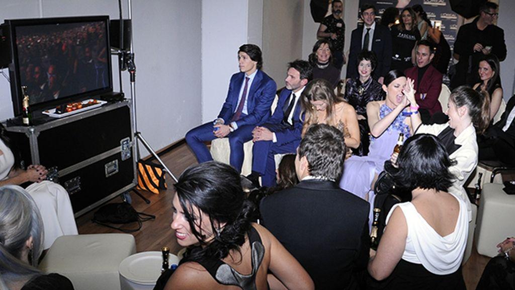 Dafne Fernández celebrando emocionada uno de los premios en el backstage