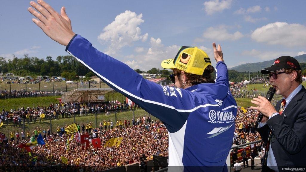 Los 'tifossi' consiguen que Rossi saliera a saludar tras la carrera