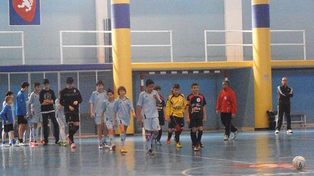 Jugadores del Futbol Sala Torrero y del Leviathan durante el minuto de silencio