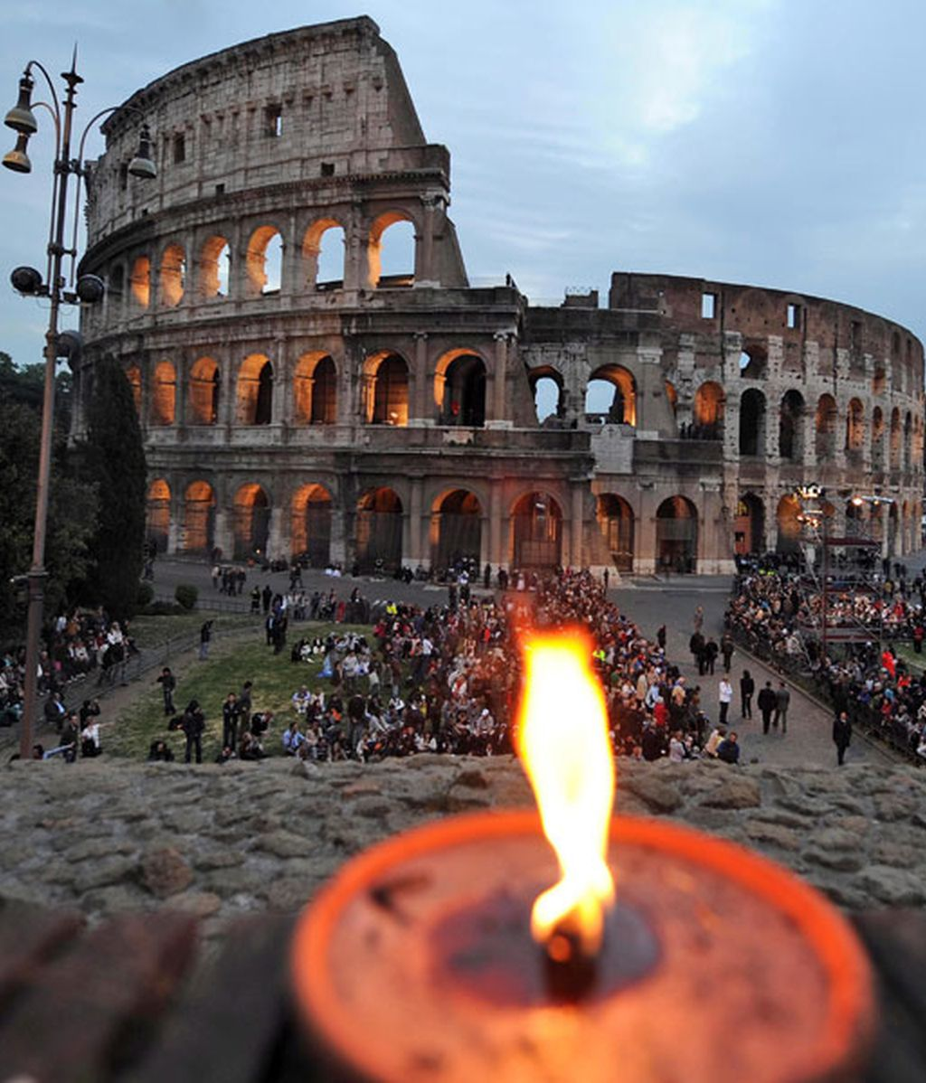 Vía Crucis en el Coliseo de Roma presidido por Benedicto XVI