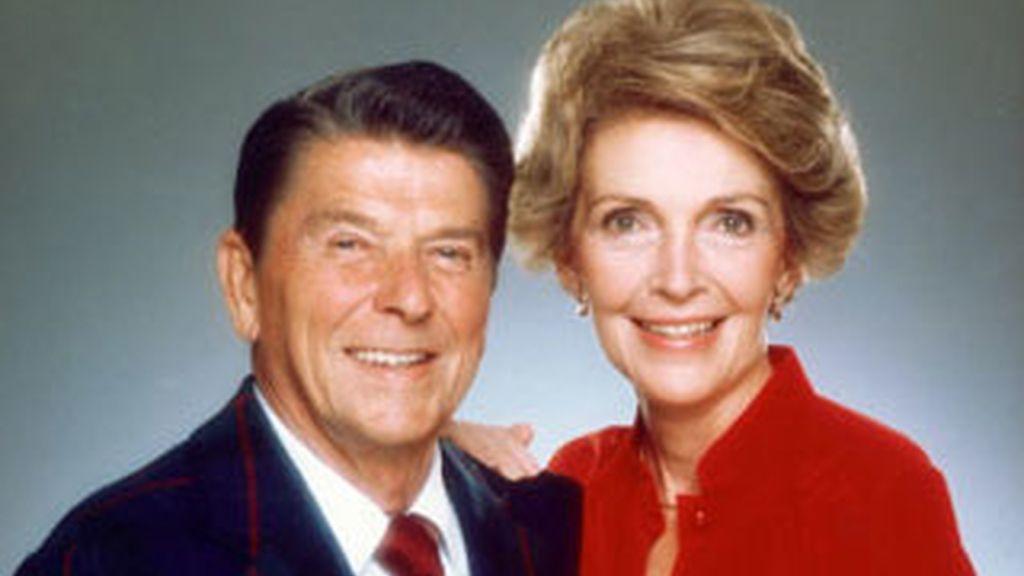 Nancy Reagan en la visita que ha realizado a la Casa Blanca invitada por Obama para asistir a la creación de la comisión que organizará el centenario de su marido, el fallecido Ronald Reagan.