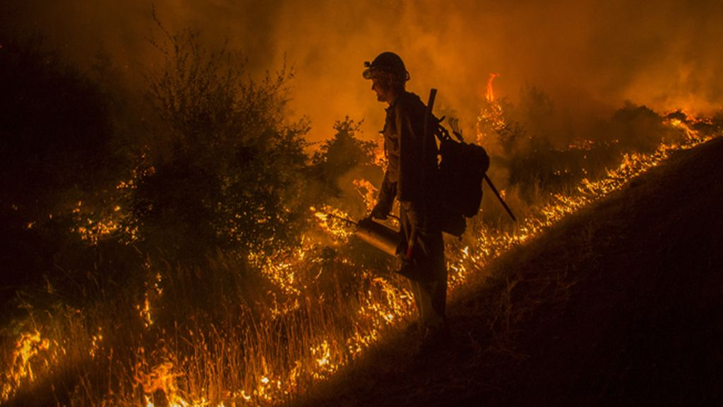 Los bomberos luchan contra un incendio en California