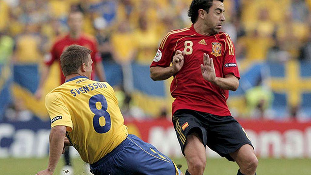 Xavi ha tenido que retirarse por un golpe en la rodilla. Foto: EFE