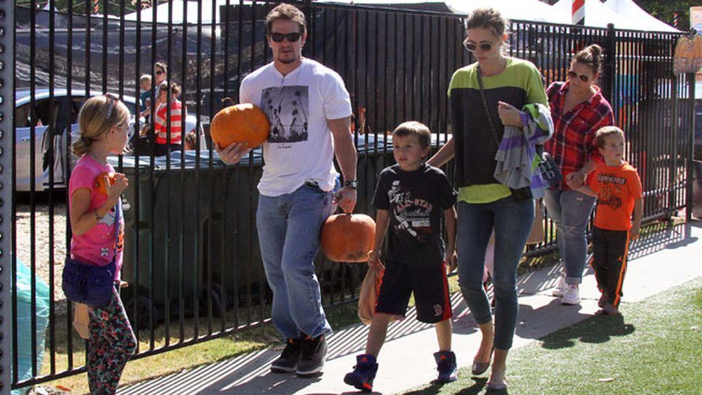 Mark Wahlberg fue con la familia al completo y compró dos calabazas
