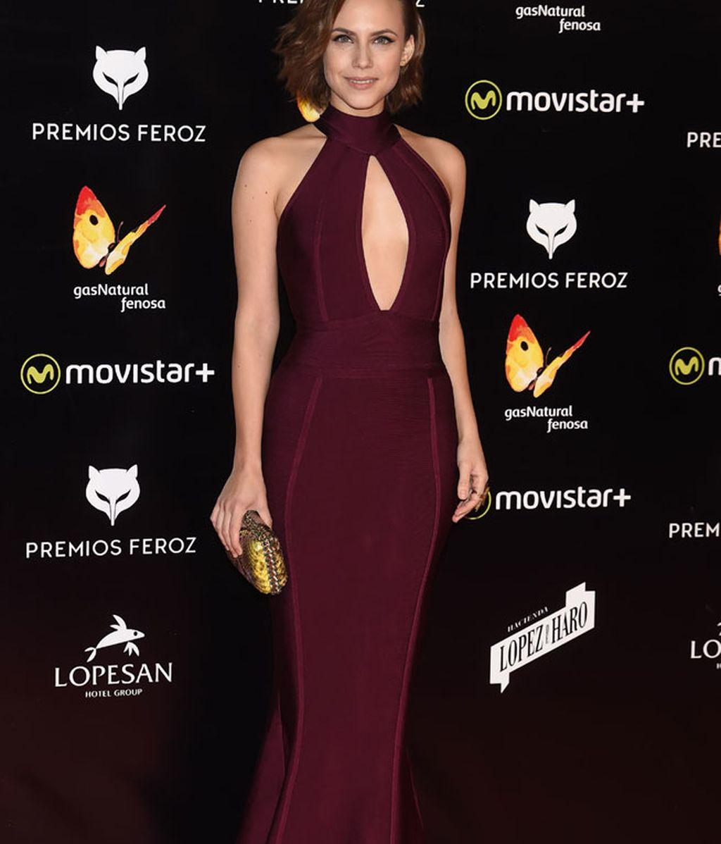 Aura Garrido con vestido silueta en color burdeos marsala