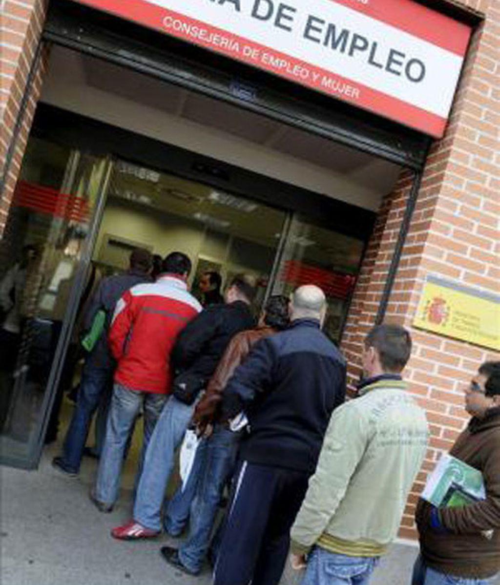 Varias personas hacen cola en una Oficina de Empleo de Madrid