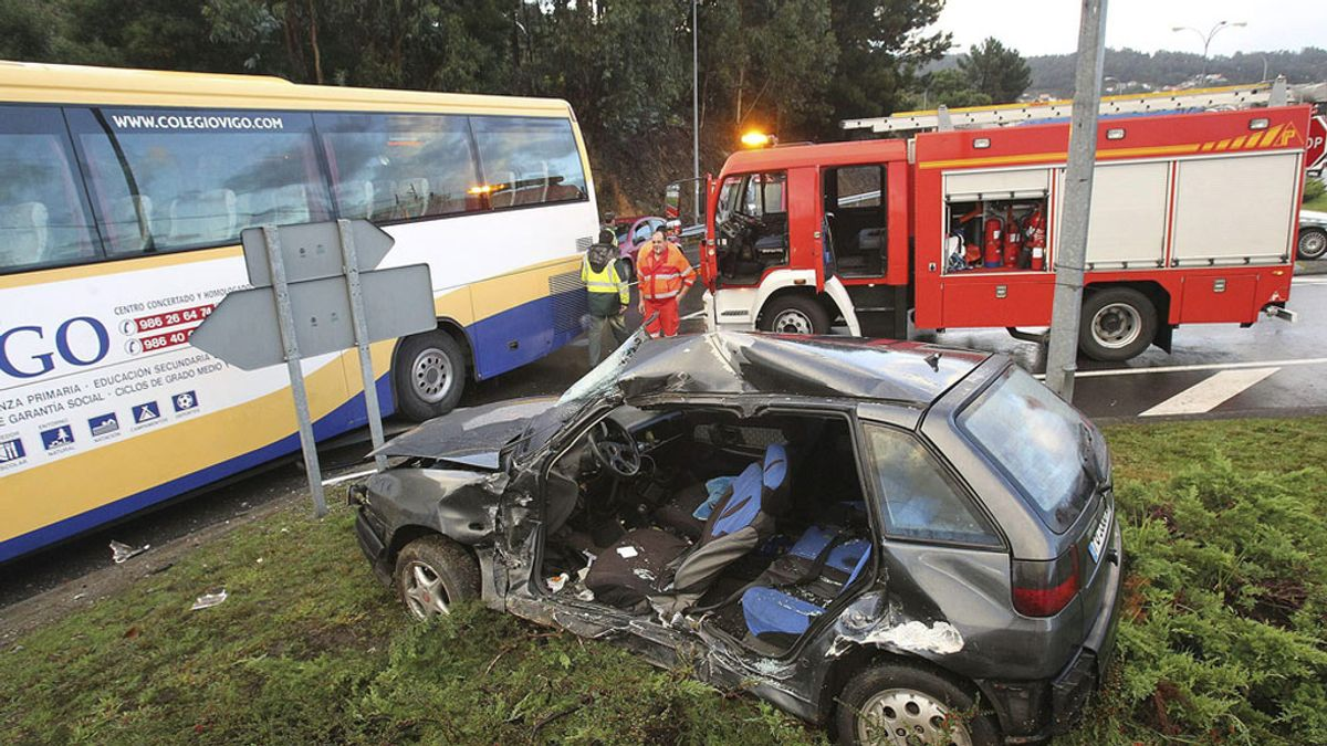 Accidente de un autobús escolar y un turismo en Vigo