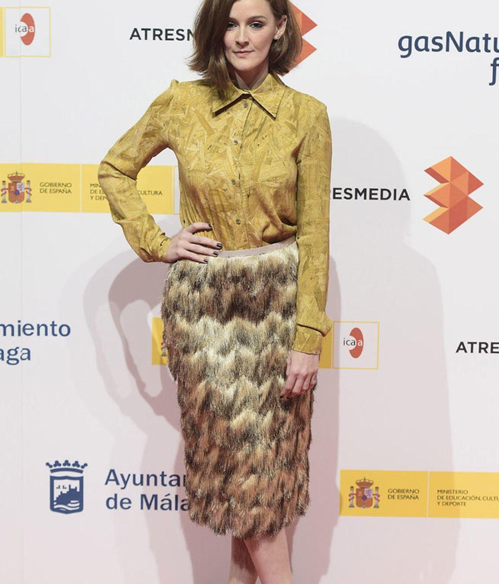 Ana Polvorosa, con falda y camisa en tonos mostaza