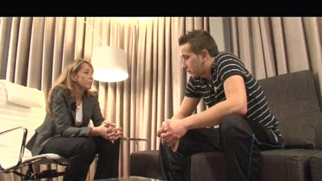 Imágenes inéditas: Adrián charla con la psicóloga tras su visita al cementerio