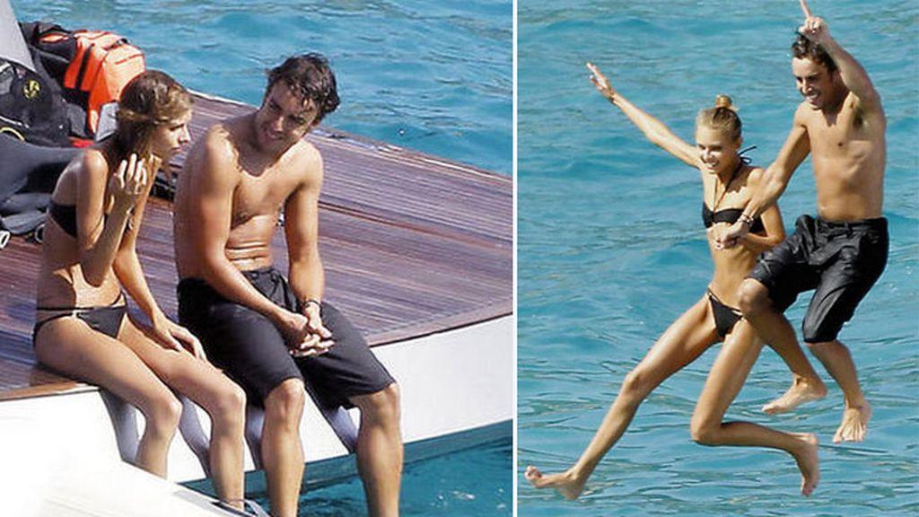 Alonso saltando y nadando con su chica