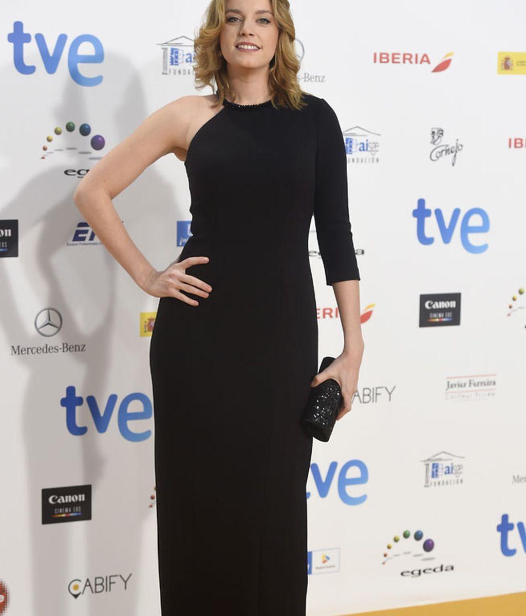 Carolina Bang lució un vestido negro asimétrico