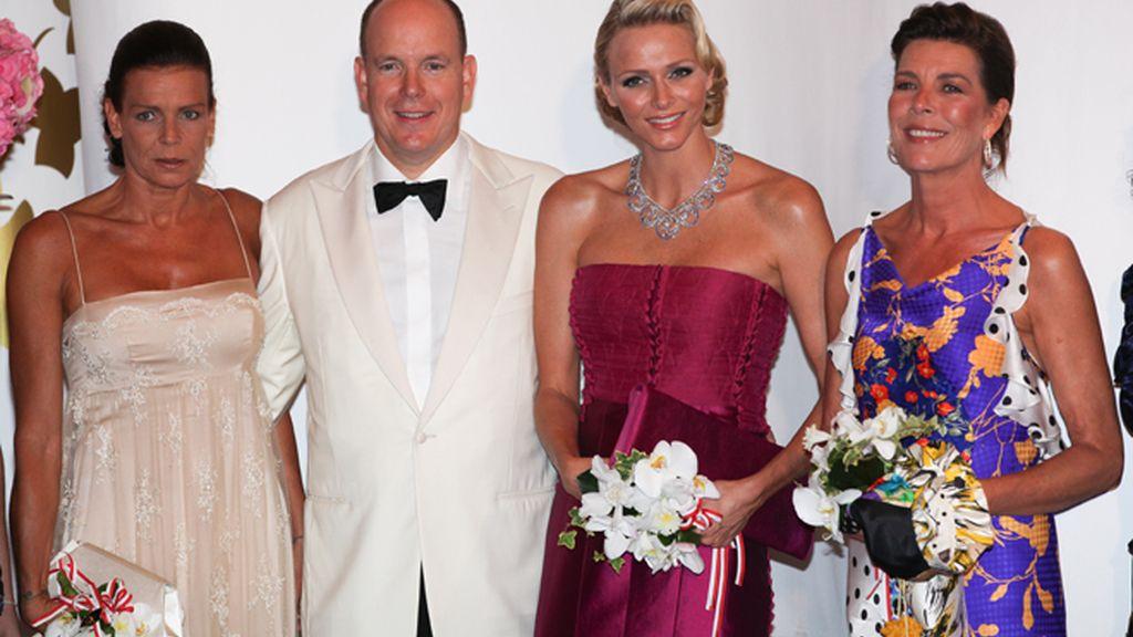 Charlene se planta el collar de bodas en la Gala de la Cruz Roja