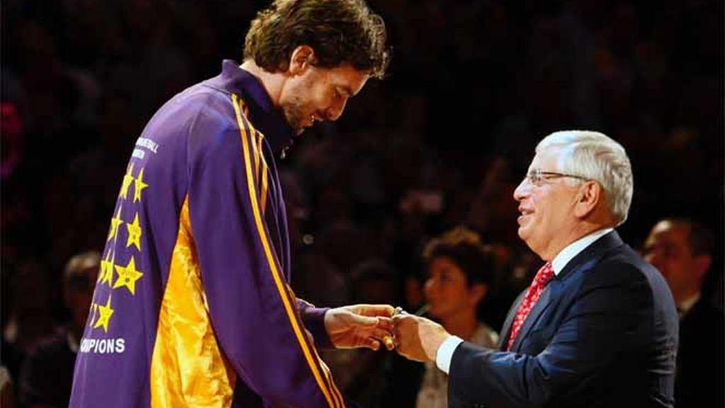Gasol recibe su anillo de campeón